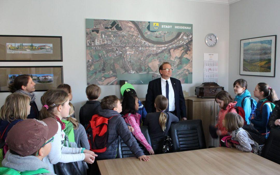 Kinder besuchen den Bürgermeister
